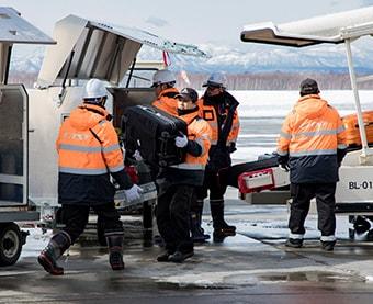Loading/unloading of airplane cargo